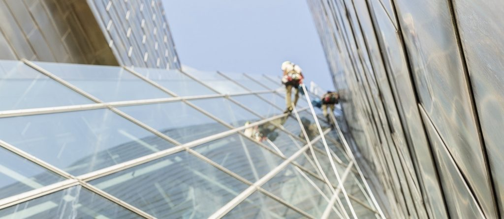 alpinistas limpieza de vidrios museo guggenheim