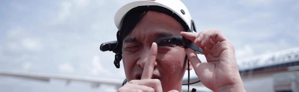 Trabajador de aeropuerto usando AR