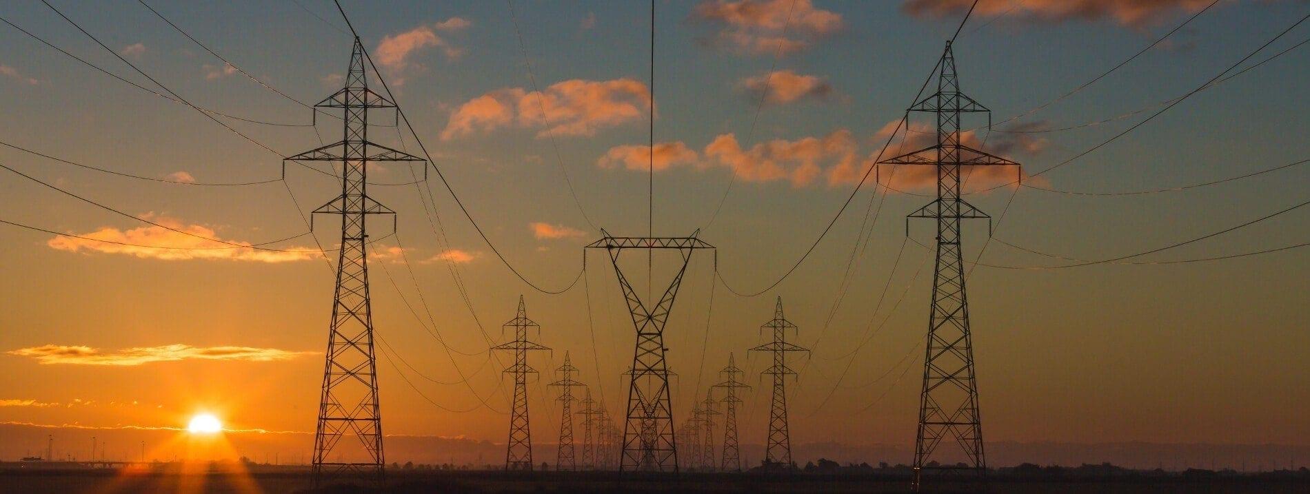 Torres eléctricas suministrando energía