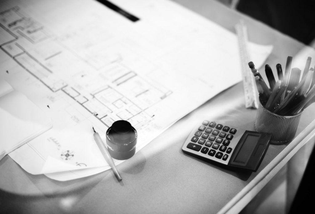 calculadora y papeles en una mesa de trabajo