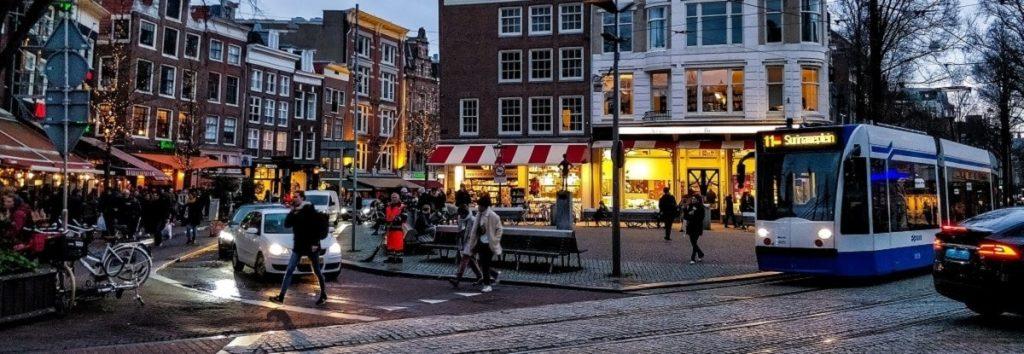 Imagen de Amsterdam y sus diferentes medios de transporte