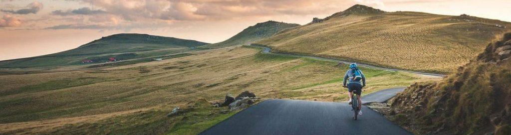 Foto de un carretera vacía y un ciclista