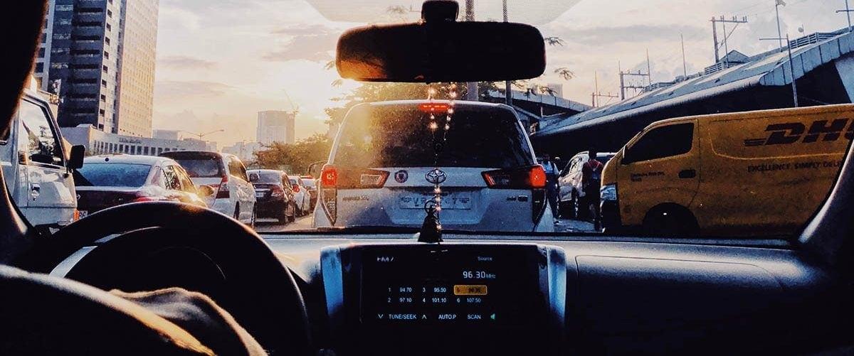 Foto de un atasco visto desde el interior de un coche