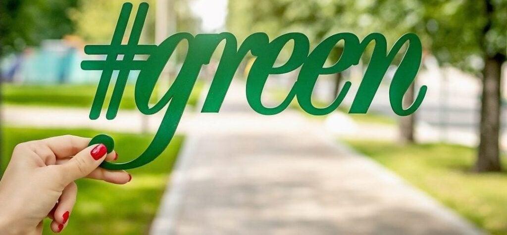 Parque verde con tipografía Green