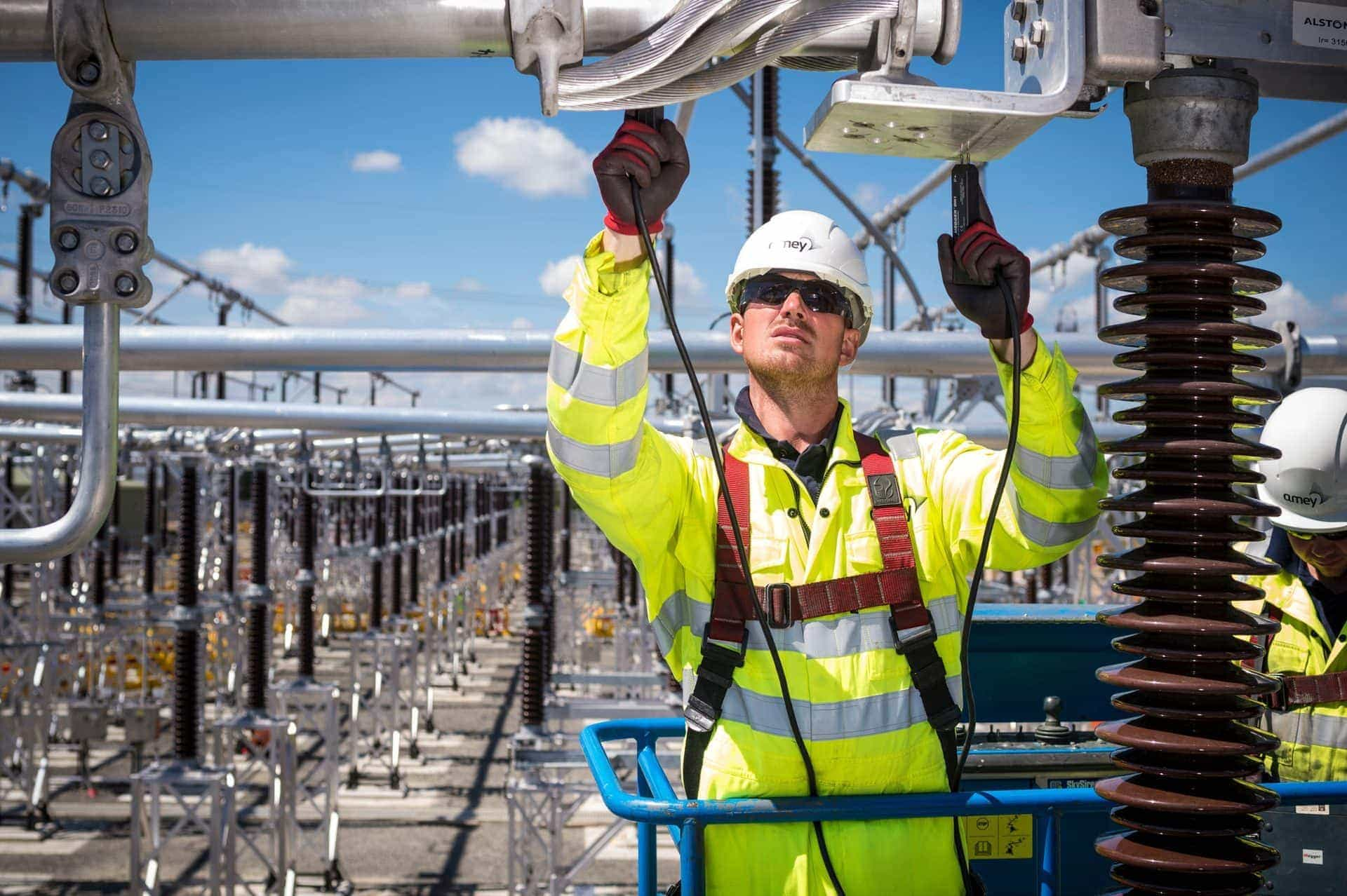 Un trabajador de Amey en una central eléctrica