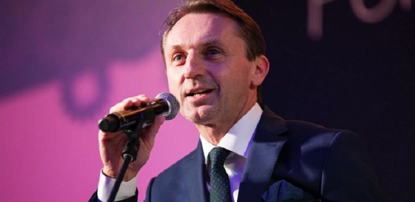 Dariusz Blocher recibiendo el premio la Industria Transformadora Polaca
