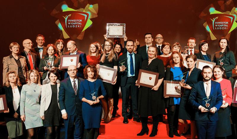 Empleados de budimex celebrando el premio recursos humanos