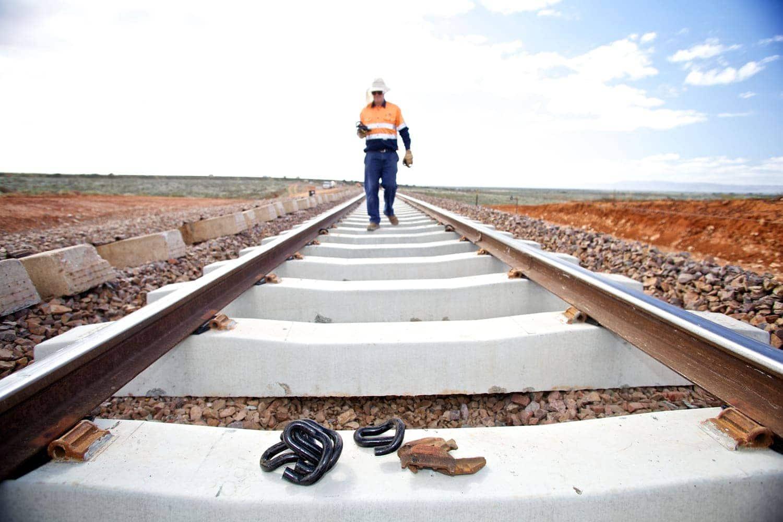 Trabajador vía del tren mantenimiento ferroviario