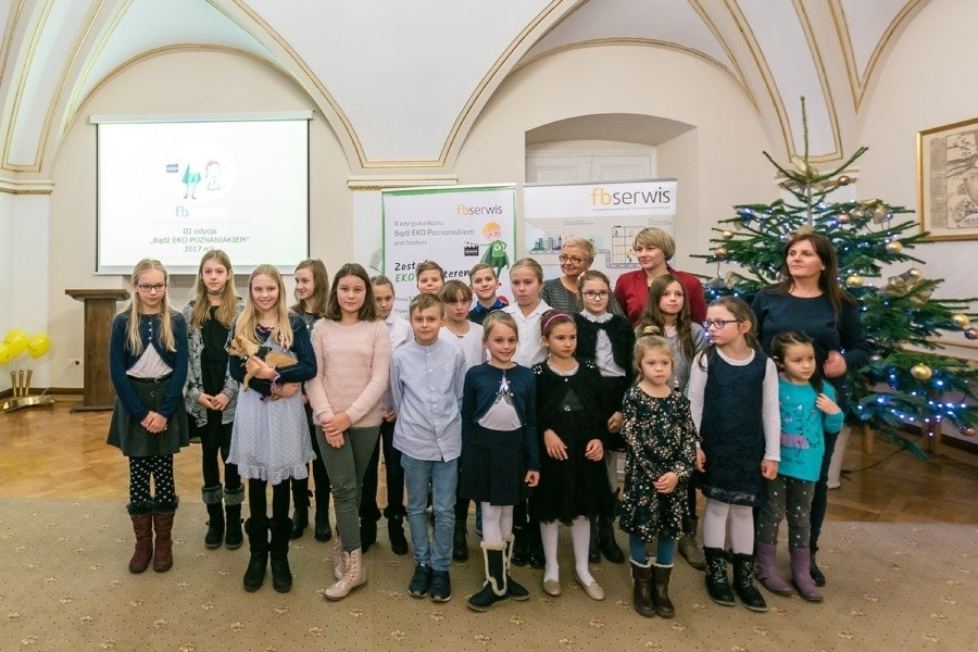 Un grupo de Niños durante el reto de FBSerwis Polonia
