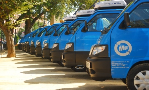Furgonetas azules de servicios de limpieza gestión de residuos de Murcia aparcadas