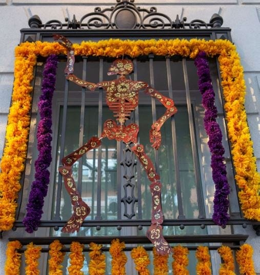 Ventana decorada de la Casa de México en Madrid