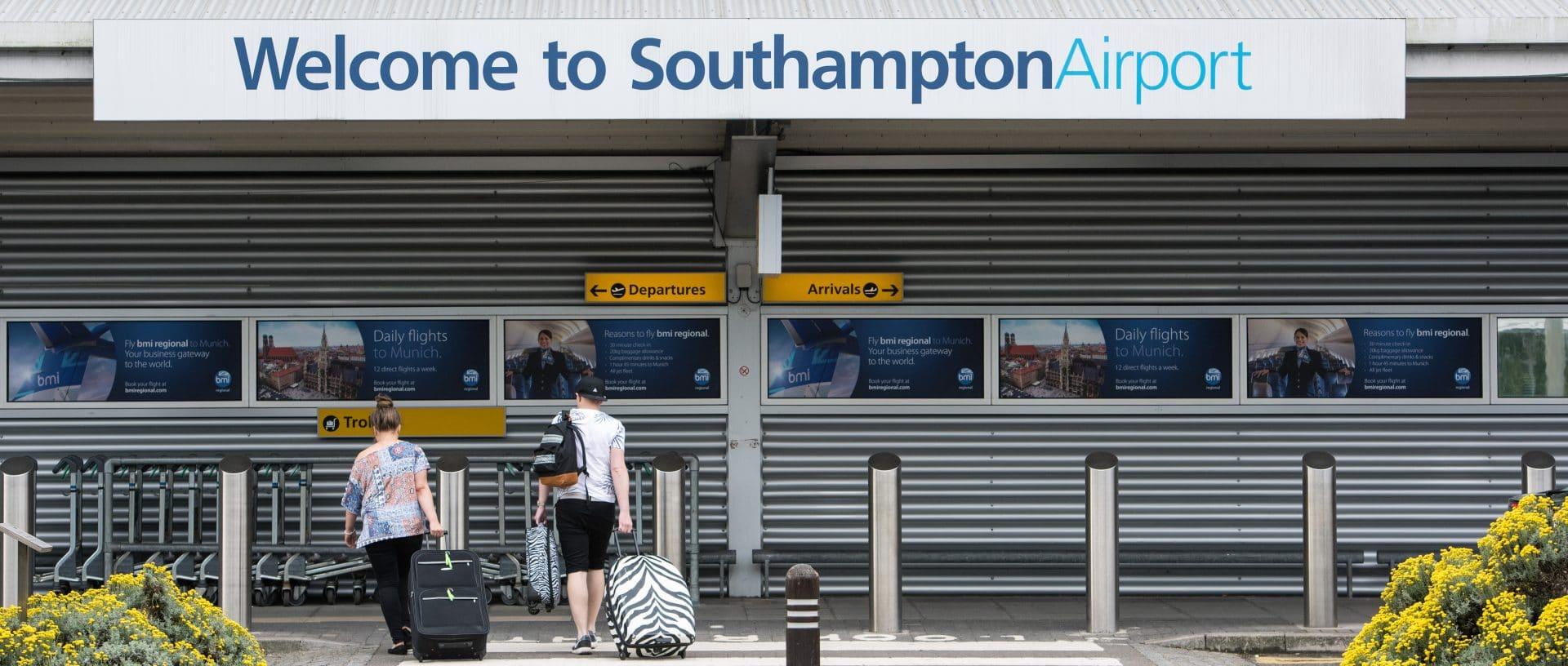 Imagen de dos personas llegando al aeropuerto de Southampton