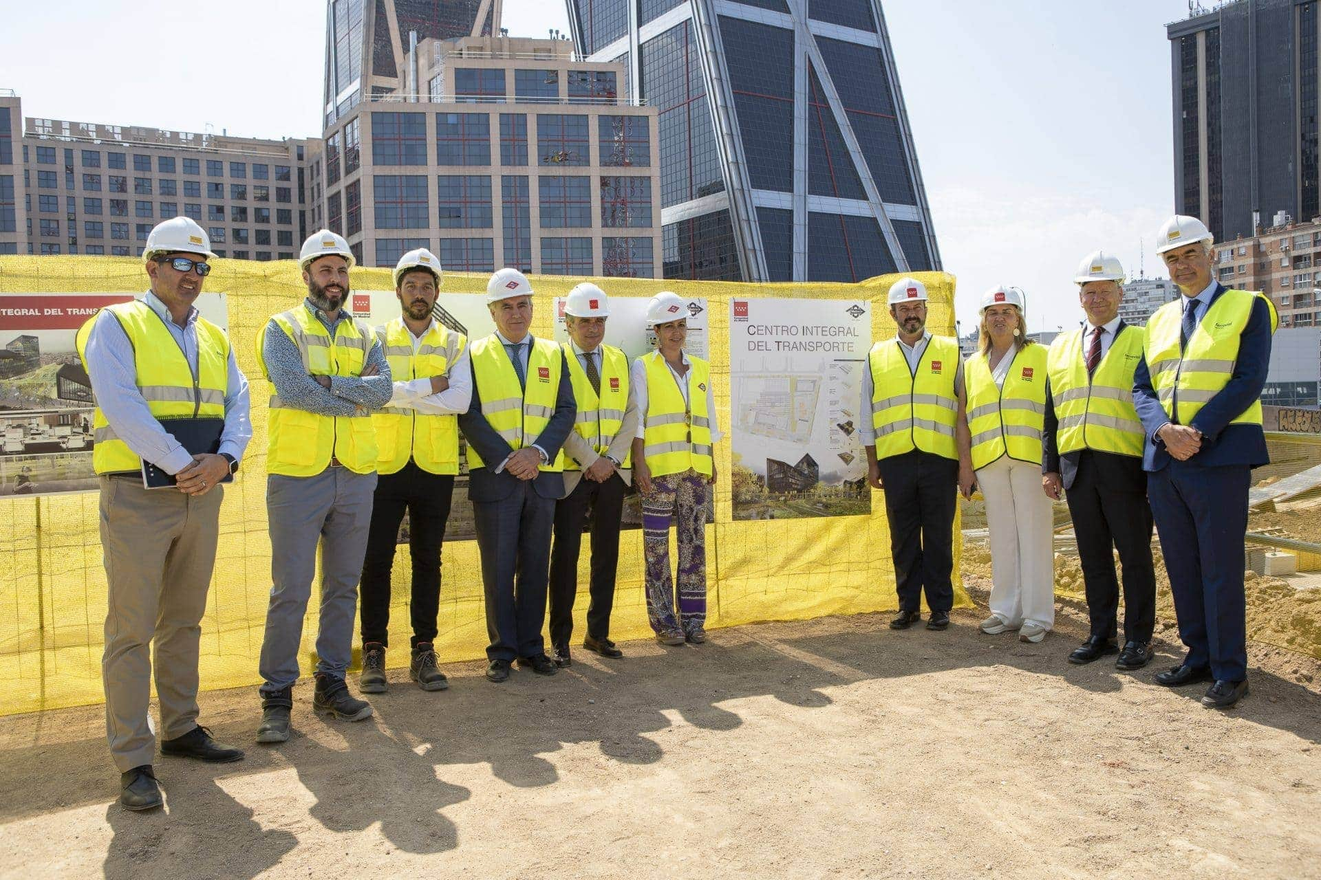 Foto de grupo de los visitantes a la obra de la futura sede de Metro Madrid