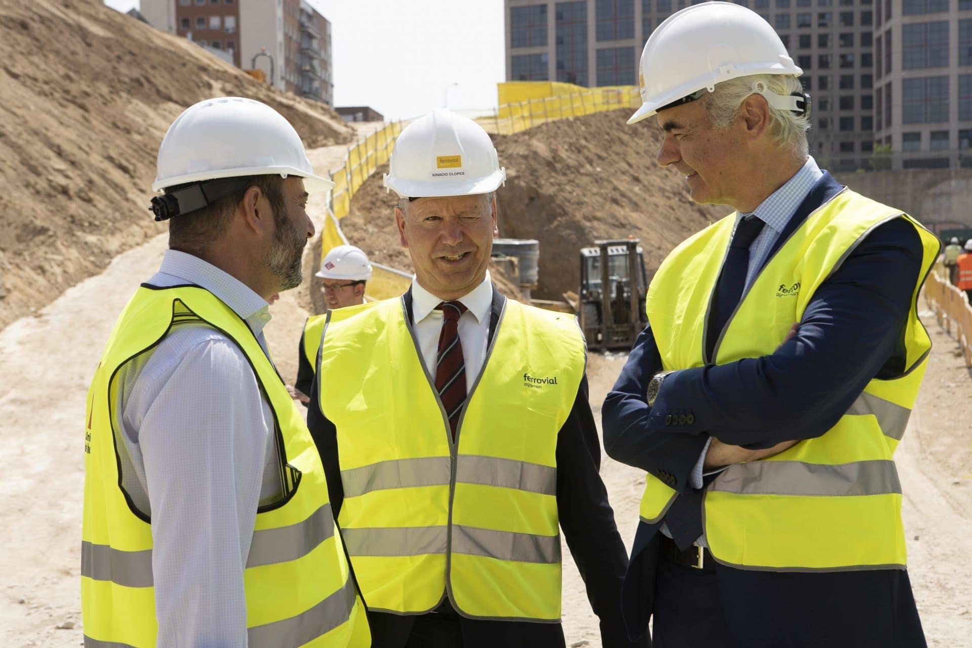 Foto de grupo de los visitantes a la futura sede de Metro Madrid