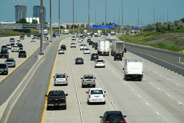 Foto de una autovía con coches circulando
