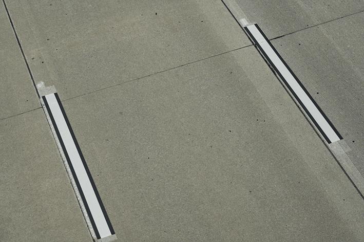 Foto del pavimento de una carretera con señalización ADAS