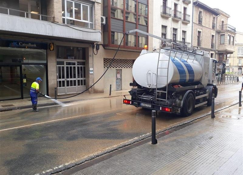 Foto de un operario de limpieza y un camion limpiando una calle de Tafalla