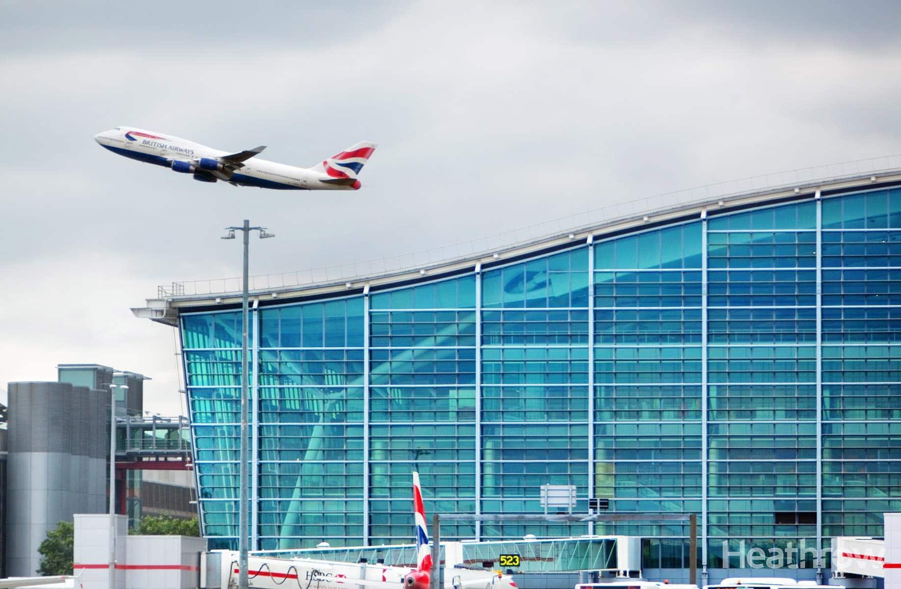 Imagen de un avión despegando frente a la terminal de salidas de Heathrow