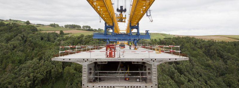 Imagen de la construcción de una estructura de gran tamaño de hierro y hormigón