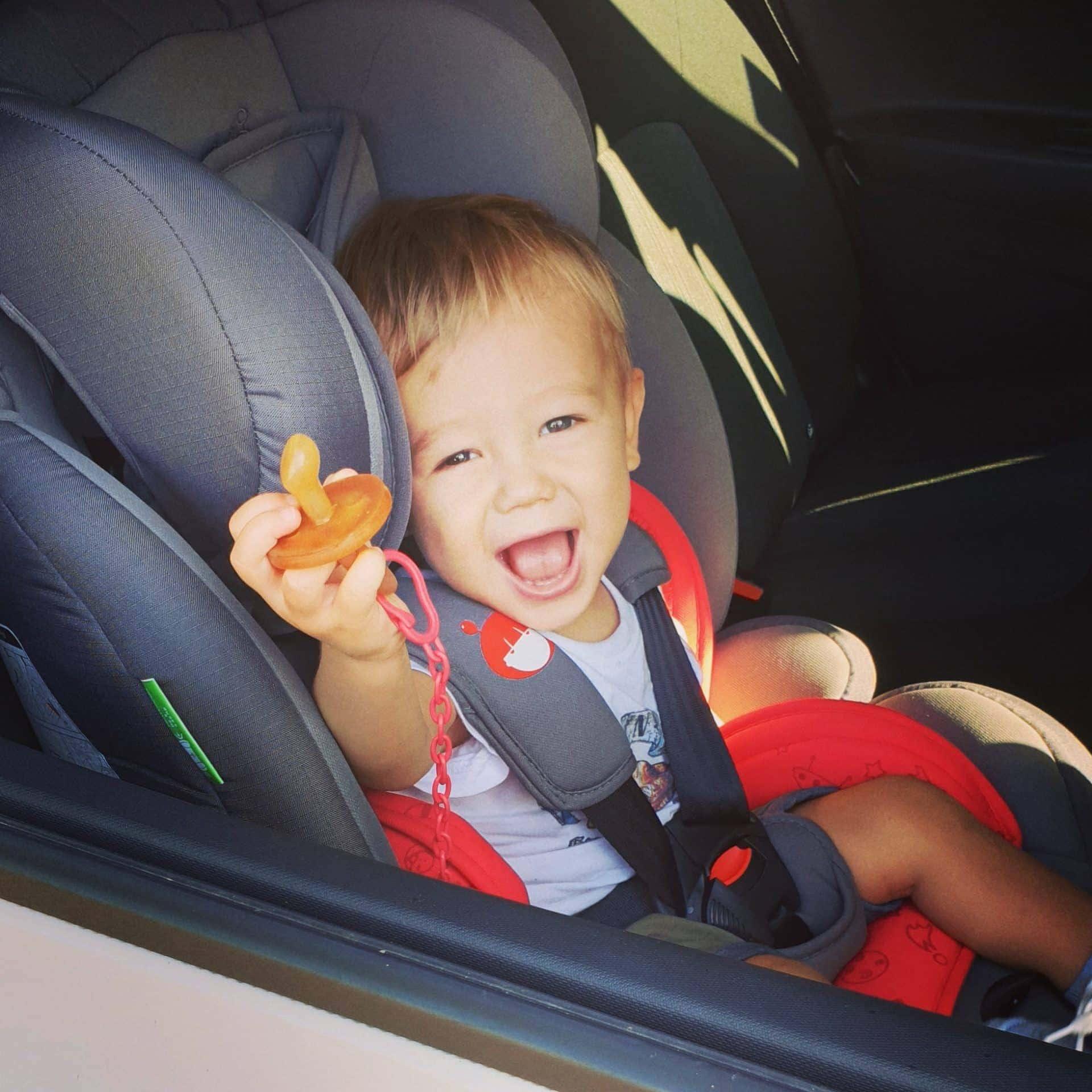 Aprende a pronunciar Image of a boy sitting in a child seat in a Zity car
