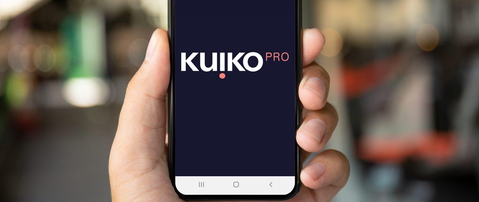 Imagen de una mano sujetando un movil con la app Kuiko Pro