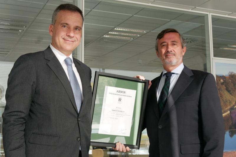 Imagen del momento de la entrega de la certificacion
