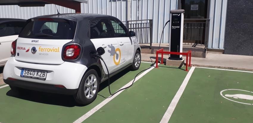 imagen de un coche electrico cargandose en un punto de Iberia y Ferrovial