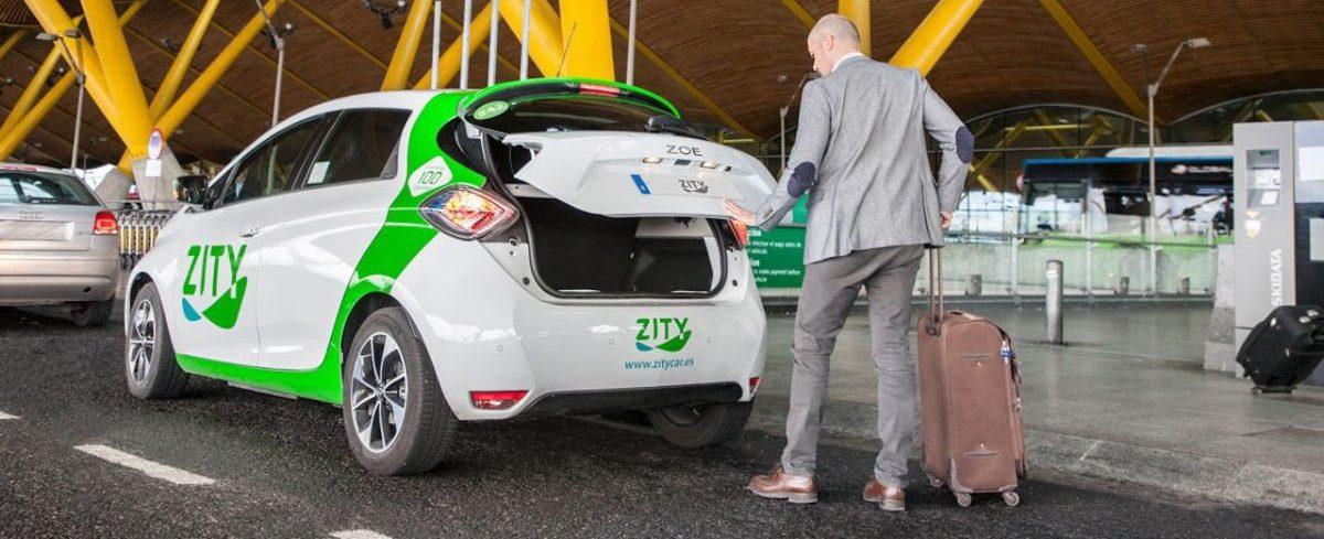Imagen de un coche de Zity en la T4 del aeropuerto de Madrid-Barajas