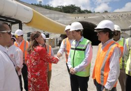 Image of the vice president of Colombia greeting the staff of Ferrovial Agroman and Cintra